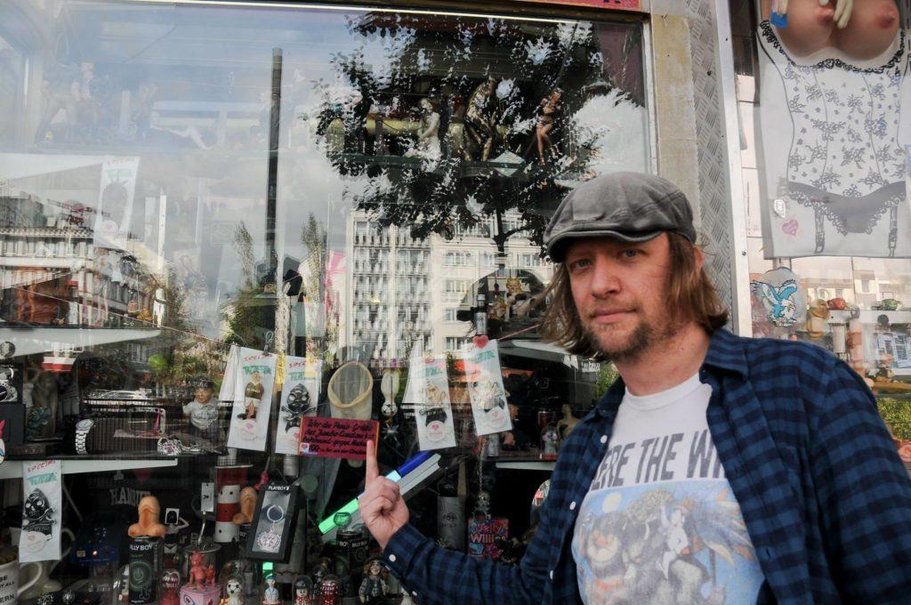 Nils ist der beste Tourguide der Welt, denn er hat's drauf: Hier zeigt er auf ein Kondom!